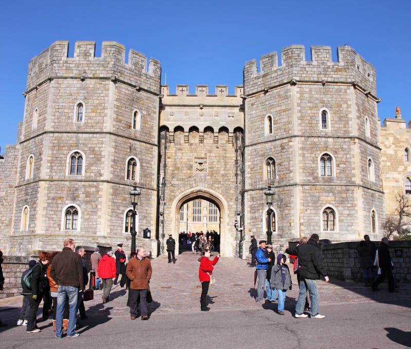 Turisti fuori del castello di Windsor in Inghilterra fotografie stock