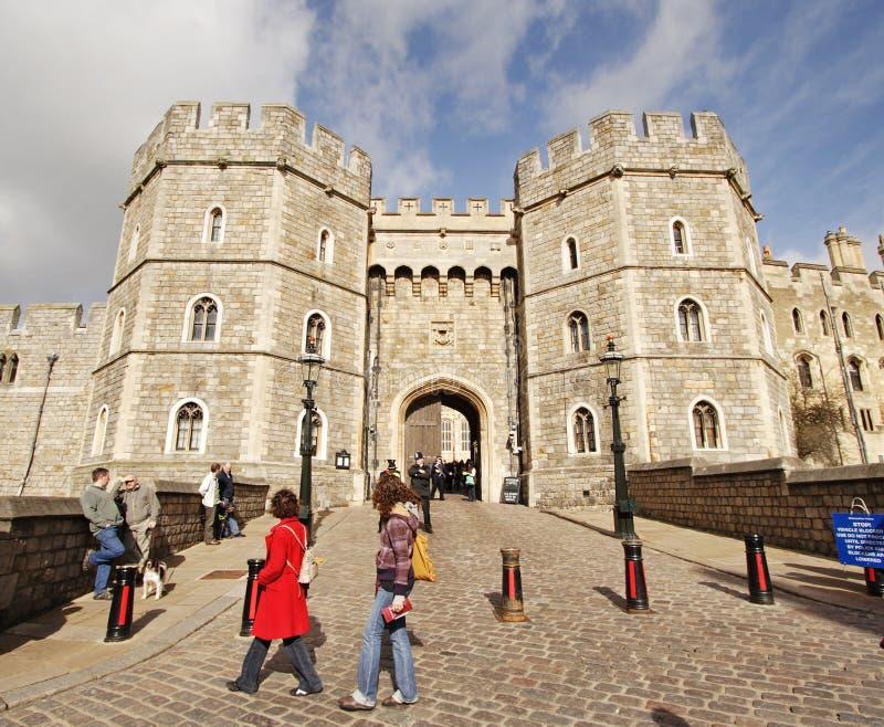 Turisti fuori del castello di Windsor in Inghilterra fotografia stock libera da diritti