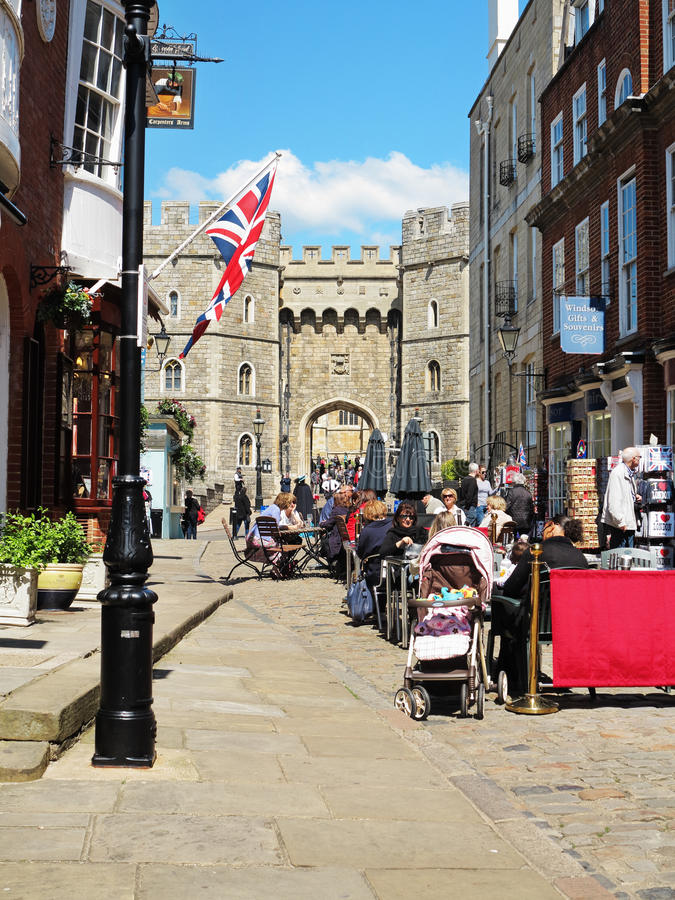 Turisti fuori del castello reale di Windsor in Inghilterra fotografie stock