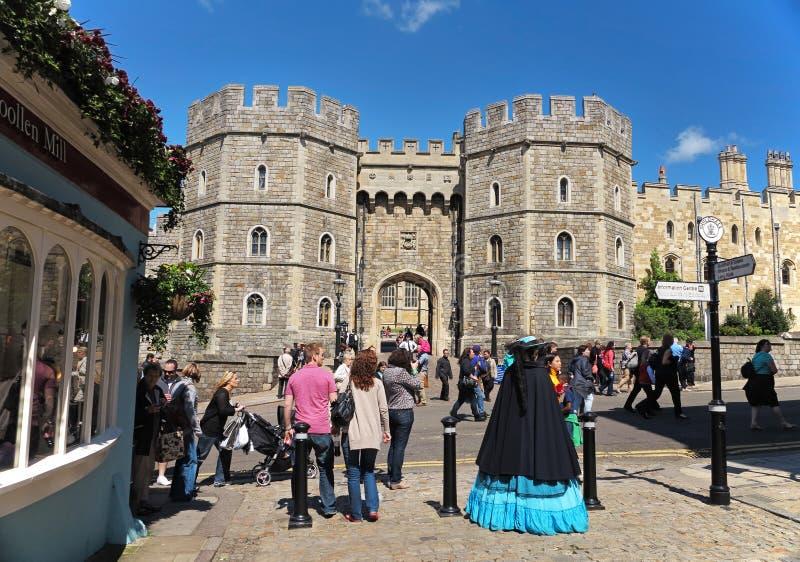 Turisti fuori del castello reale di Windsor in Inghilterra immagini stock