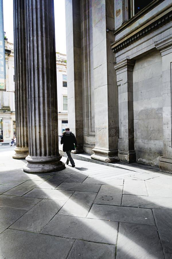 Turisti fuori della galleria di arte moderna, Glasgow, Scozia, 01 08 2017 fotografie stock libere da diritti