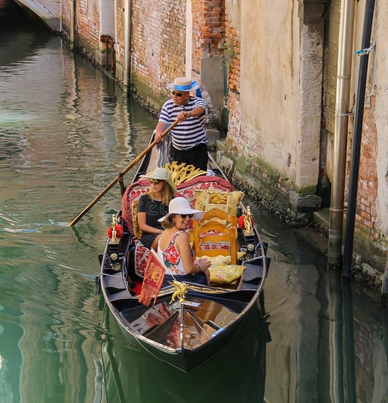 Turisti in gondola sul canale di Venezia, Italia immagine stock