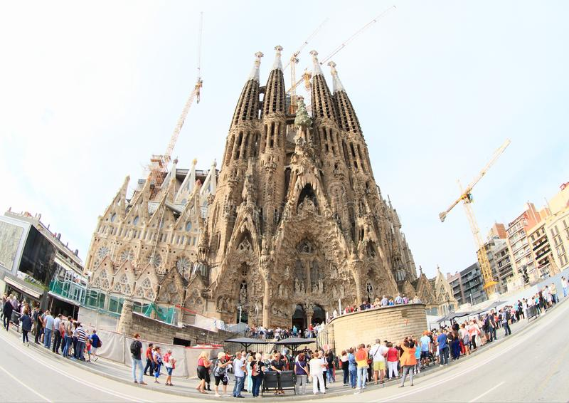 Turisti intorno alla basilica Sagrada Familia fotografie stock