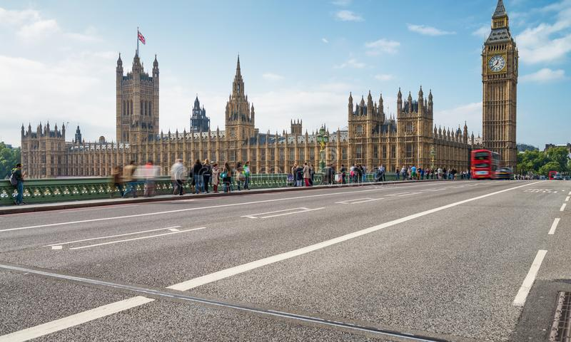 Turisti lungo il ponte di Westminster, colpo lungo di esposizione fotografie stock libere da diritti