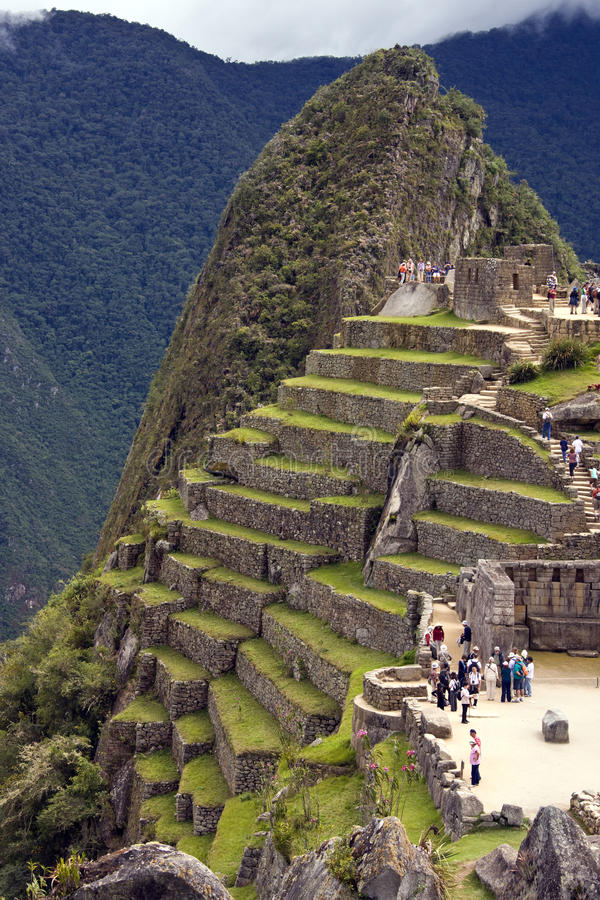 Turisti a Machu Picchu nel Perù fotografie stock