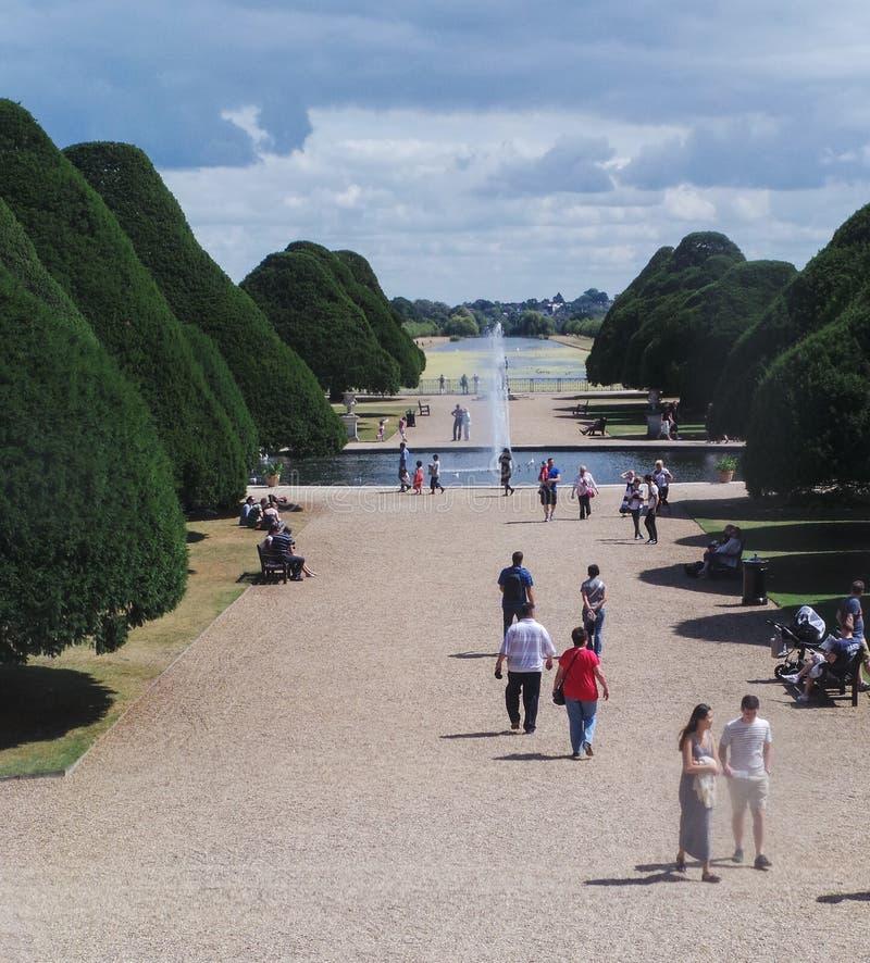 Turisti nei giardini immagini stock libere da diritti