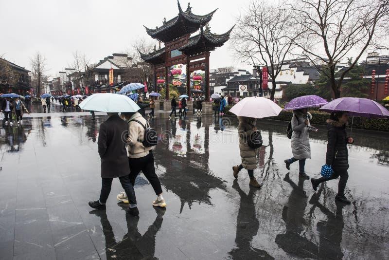 Turisti nei giorni piovosi del punto scenico del tempio di Confucio immagine stock
