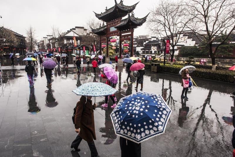 Turisti nei giorni piovosi del punto scenico del tempio di Confucio fotografie stock libere da diritti