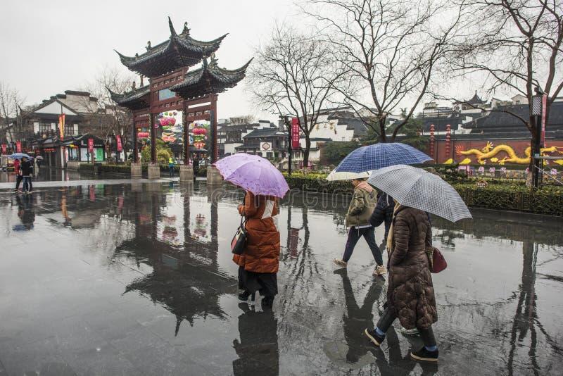 Turisti nei giorni piovosi del punto scenico del tempio di Confucio fotografia stock libera da diritti