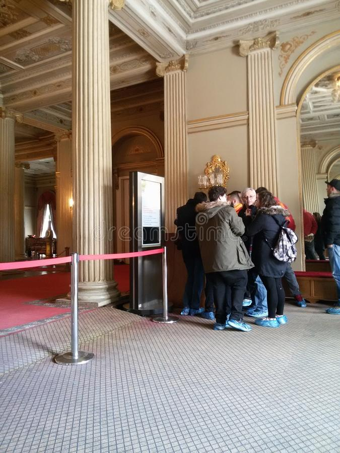Turisti nel palazzo di Dolmabahche a Costantinopoli immagini stock libere da diritti