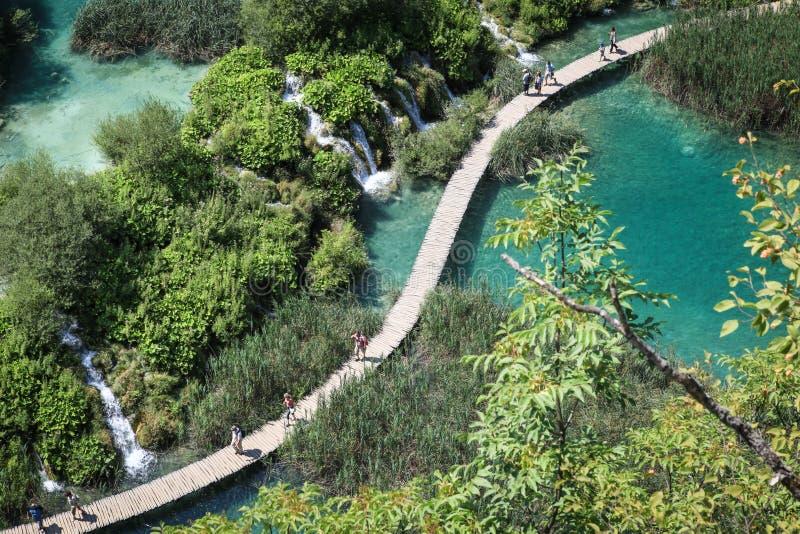 Turisti nel parco nazionale dei laghi Plitvice fotografia stock