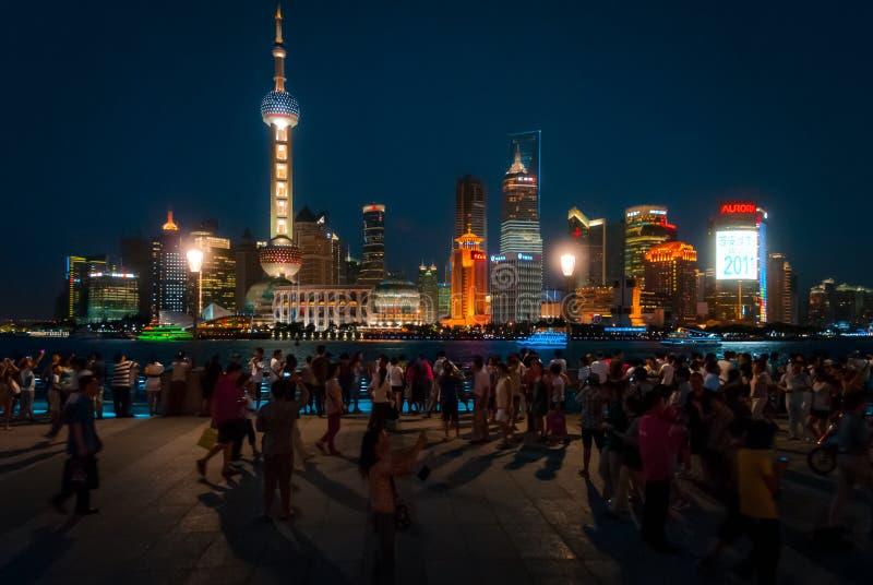 Turisti nell'orizzonte di Pudong e di Bund nel fondo fotografia stock