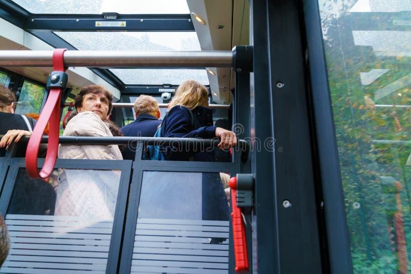 Turisti nella cabina della cabina di funivia, Salisburgo, Austria fotografie stock