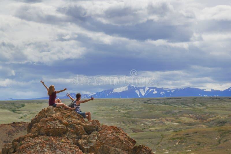 Turisti nelle montagne di Altai fotografie stock libere da diritti