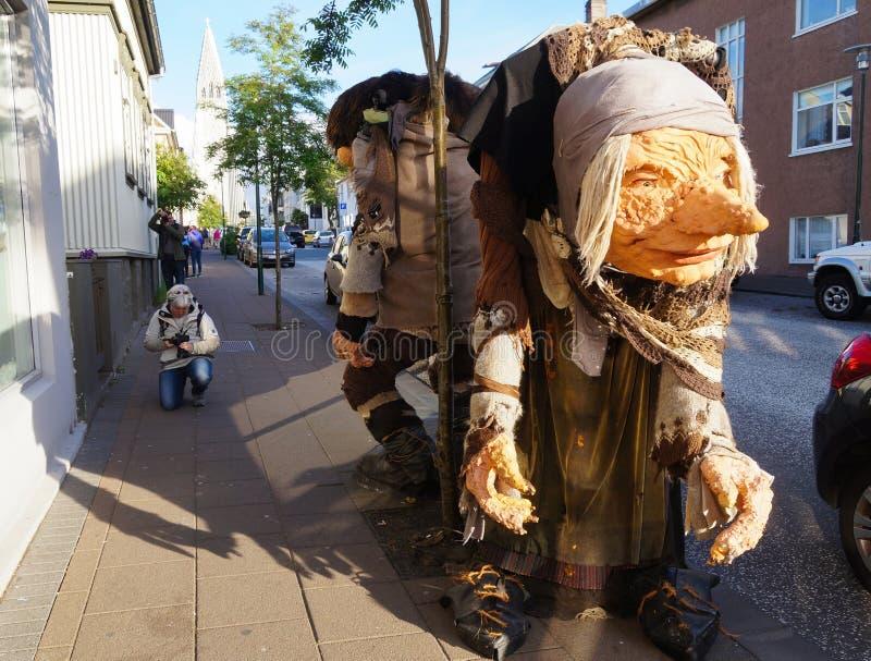 Turisti non identificati che prendono immagine dei troll islandesi sulle vie della città di Reykjavik, Islanda fotografia stock libera da diritti