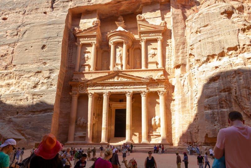 Turisti prima di Al-Khazneh nel PETRA fotografie stock libere da diritti