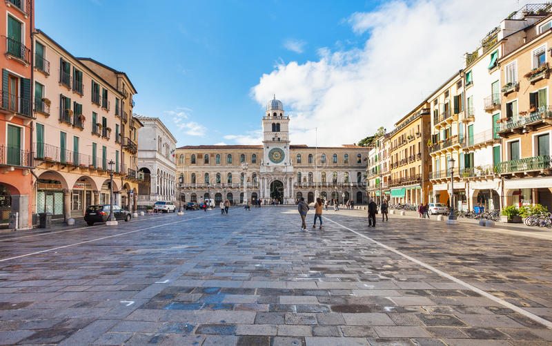 Turisti su Signori di dei della piazza nella città di Padova fotografia stock libera da diritti