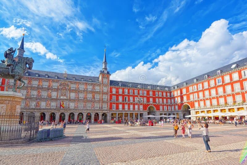 Turisti su sindaco della plaza Sindaco della plaza - uno dei quadrati centrali di immagini stock