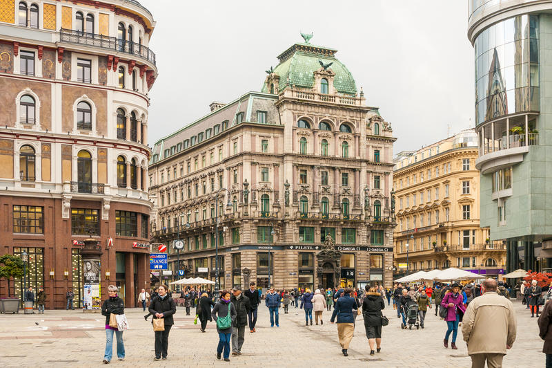 Turisti su Stephansplatz (il quadrato di Stephen) in vecchia città a Vienna, Austria immagini stock libere da diritti
