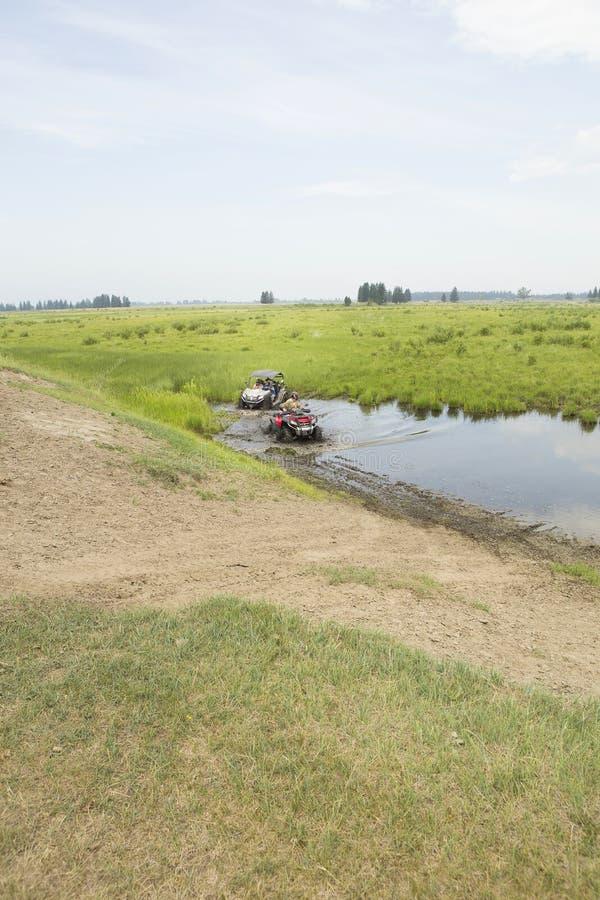 Turisti sui veicoli per qualsiasi terreno Su ATV immagini stock libere da diritti