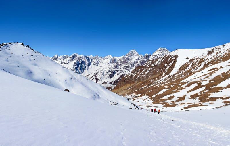 Turisti sul modo al passaggio della Cho-La Viaggio al basecamp di Everest dentro fotografia stock