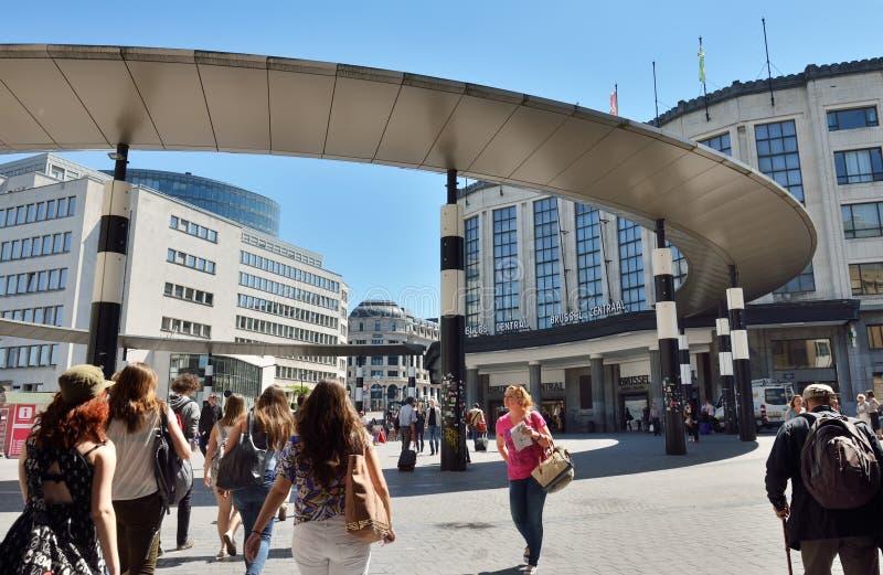 Turisti sul modo alla stazione ferroviaria centrale fotografie stock libere da diritti