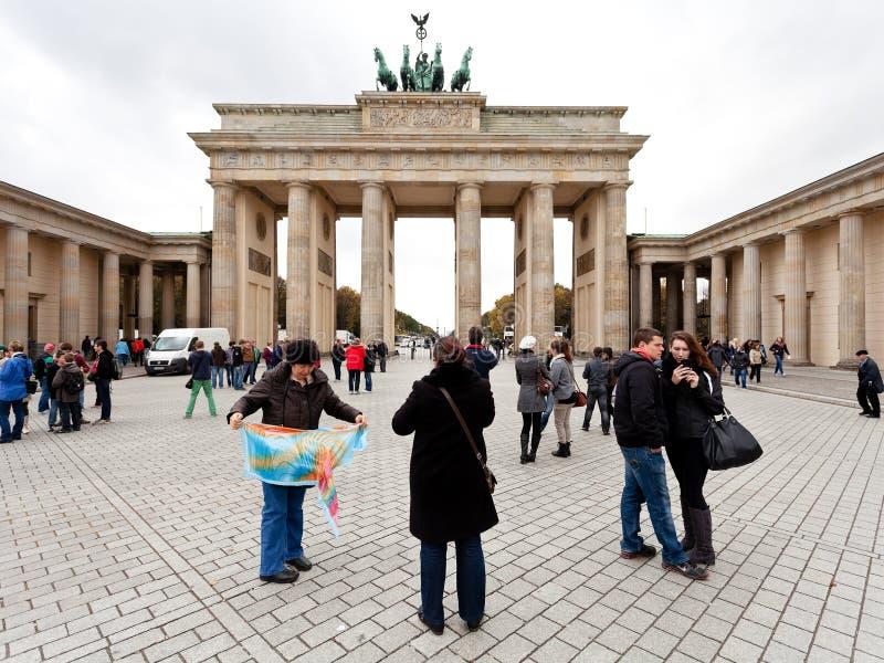 Turisti sul platz del pariser vicino alla porta di Brandeburgo fotografia stock