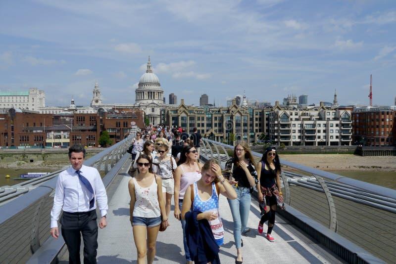 Turisti sul ponte di millennio a Londra immagini stock libere da diritti