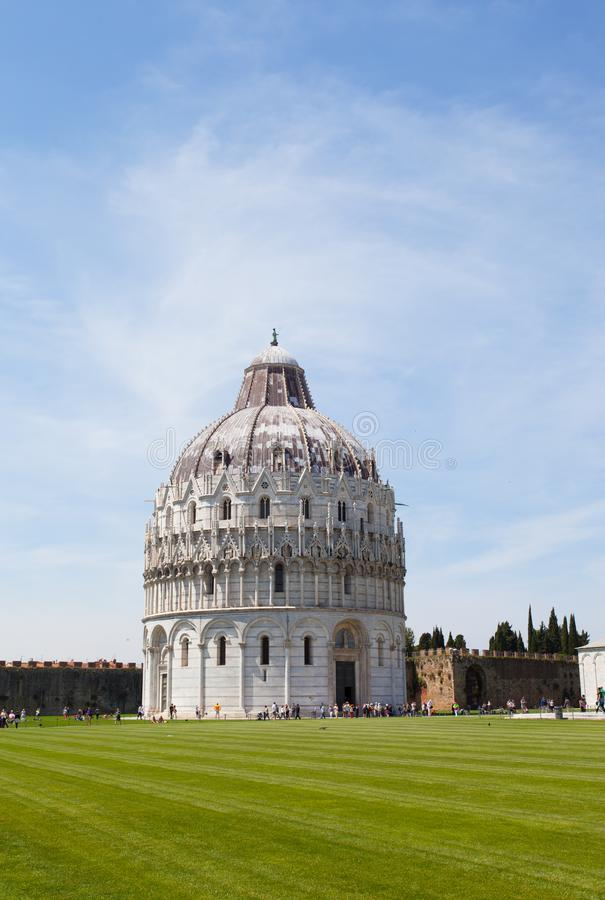 Turisti sul quadrato dei miracoli che visitano torre pendente a Pisa, Italia fotografie stock libere da diritti