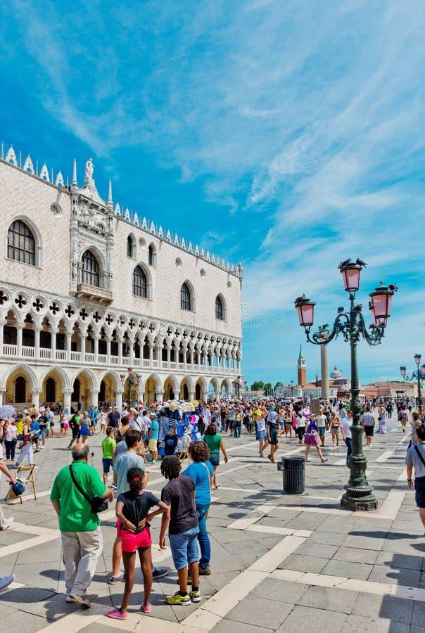 Turisti sul quadrato di San Marco a Venezia immagini stock libere da diritti