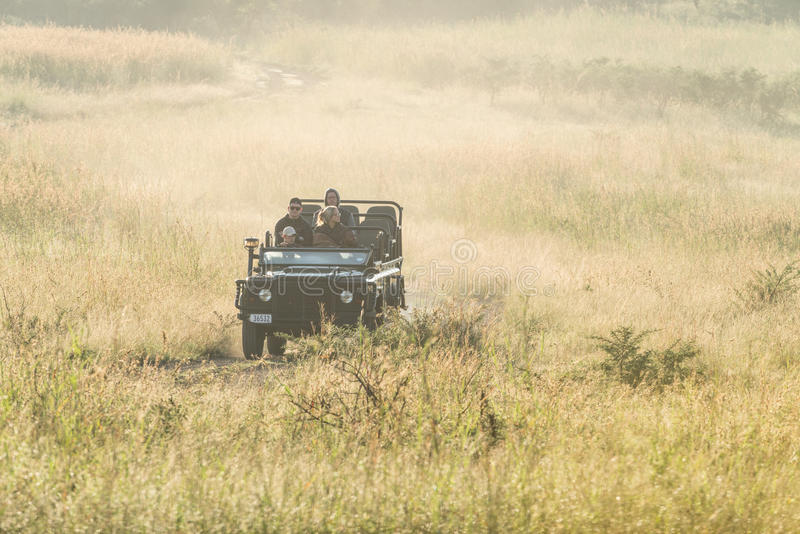 Turisti sul safari nel Sudafrica fotografie stock libere da diritti