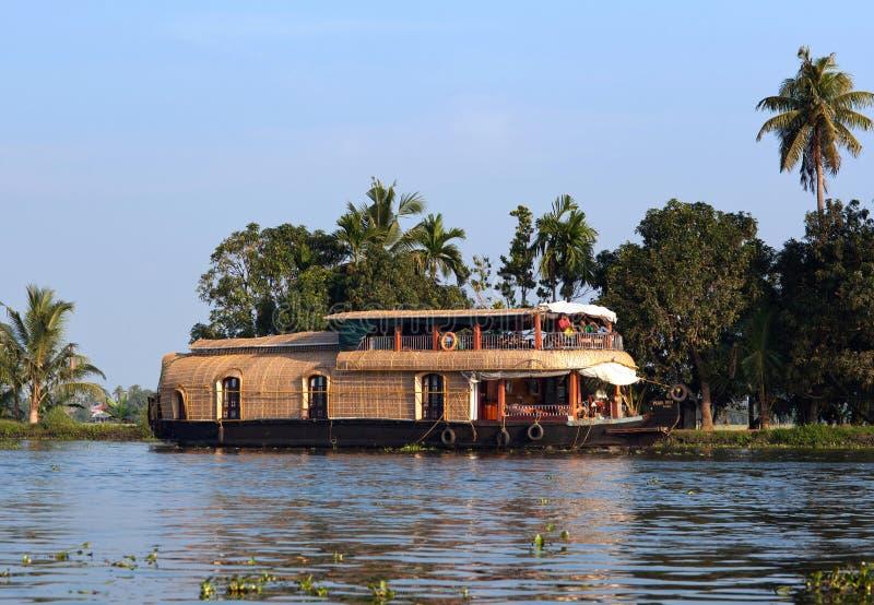 Turisti sulla casa galleggiante che galleggia sugli stagni nel Kerala, India immagine stock