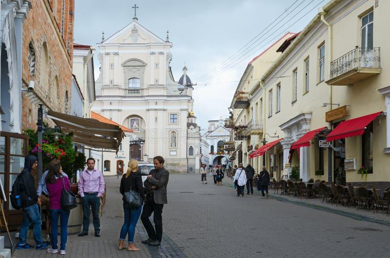 Turisti sulla via Ausros Vartai vicino alla chiesa di St Theresa fotografia stock
