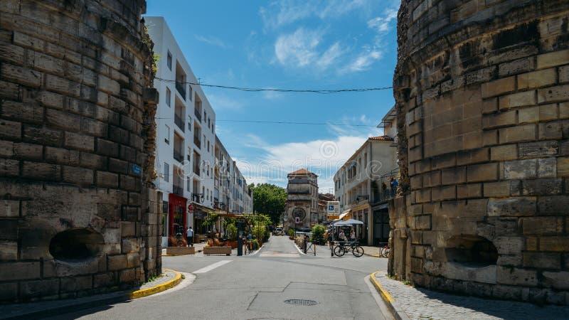 Turisti sulla via del centro storico di Arles, di una città romana antica e del comune sul sud della Francia dentro immagine stock