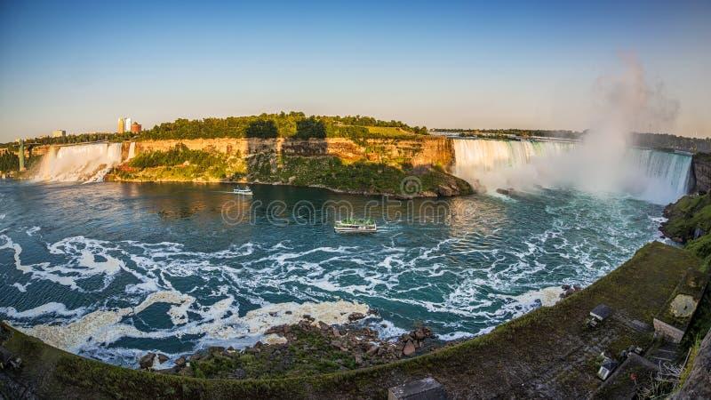 Turisti sulle barche per vedere fine di cascate del Niagara su fotografie stock libere da diritti