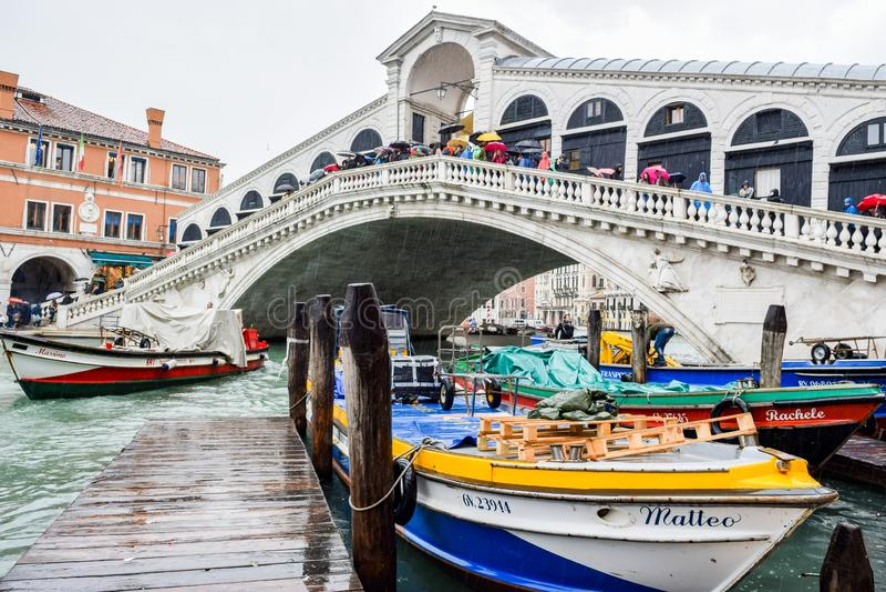 Turisti un giorno piovoso al ponte di Rialto su Grand Canal a Venezia, Italia immagine stock libera da diritti