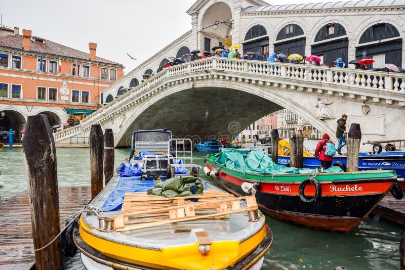 Turisti un giorno piovoso al ponte di Rialto su Grand Canal a Venezia, Italia fotografia stock libera da diritti