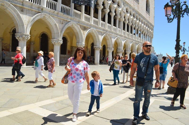 Download Turisti a Venezia, Italia fotografia stock editoriale. Immagine di europeo - 56892623