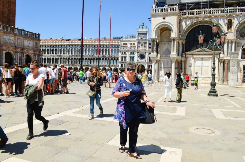 Download Turisti a Venezia, Italia immagine stock editoriale. Immagine di verde - 56892769