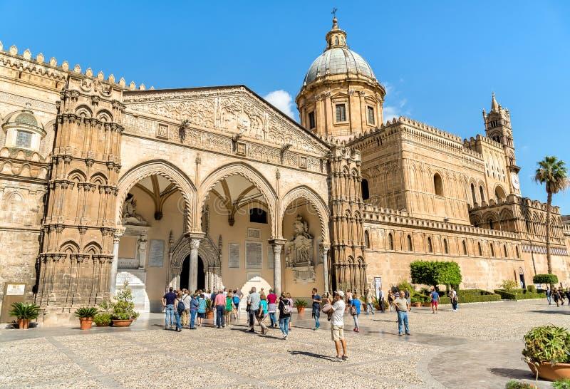 Turisti vicino del portico famoso da Domenico e da Antonello Gagini della cattedrale di Palermo fotografia stock