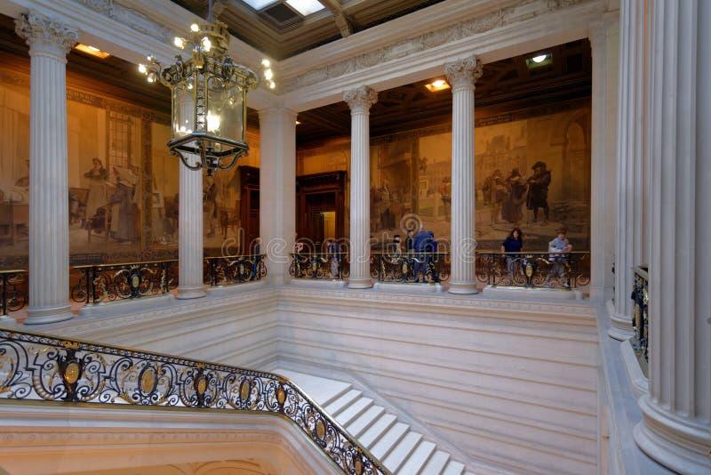 Turisti in visita all'università sorbonne, Parigi, Francia fotografie stock