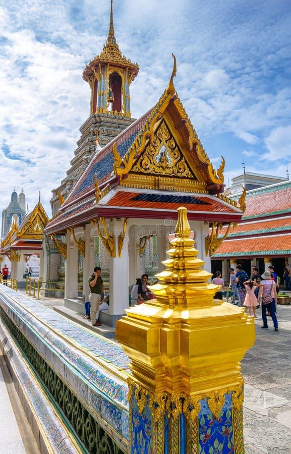 Turisti a Wat Phra Kaew, al grande palazzo, al tempio più famoso ed al punto di riferimento della Tailandia fotografie stock