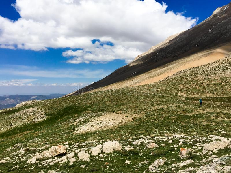 Turistico sui pendii della montagna fotografia stock libera da diritti