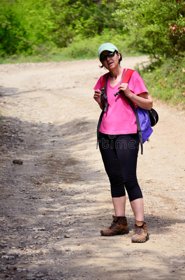 Turistkvinna som fotvandrar i berget royaltyfri bild
