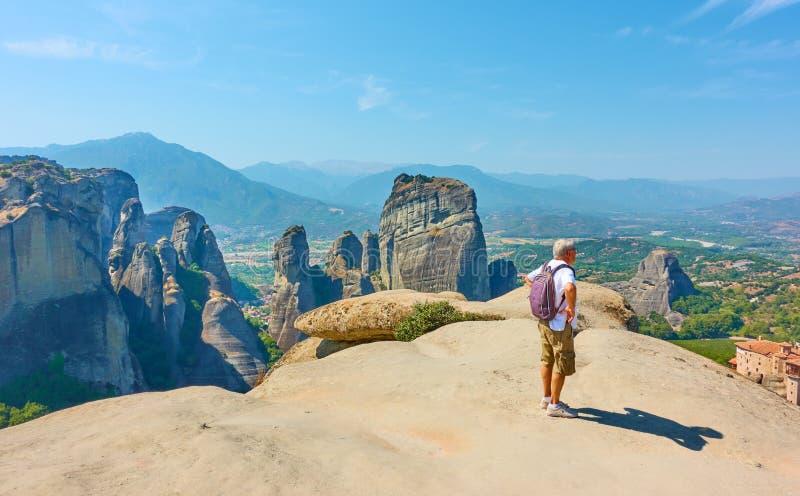 Turistnäring vid synpunkten i Meteora royaltyfria bilder