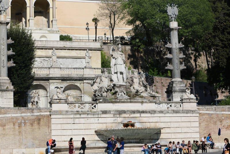 Turistpromenad på historiska ställen på Rome royaltyfria foton
