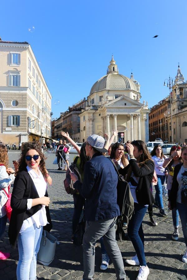Turistpromenad på historiska ställen på Rome fotografering för bildbyråer