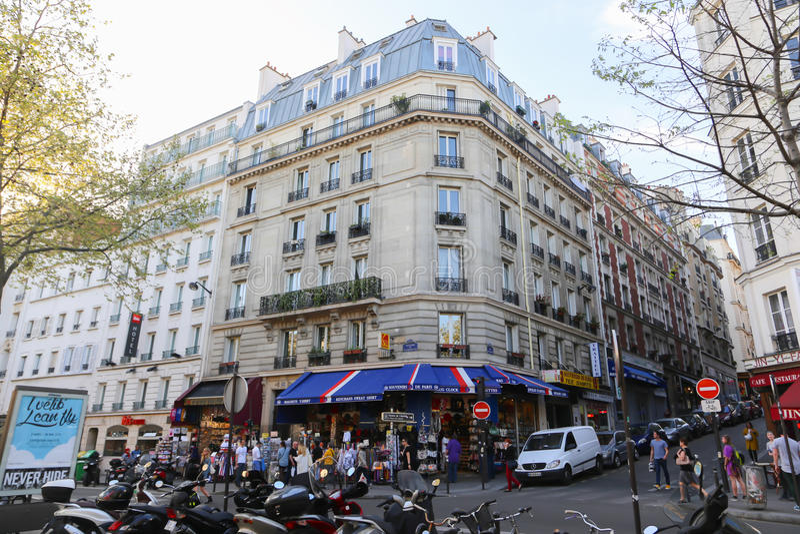 Turistpromenad - Paris royaltyfria bilder