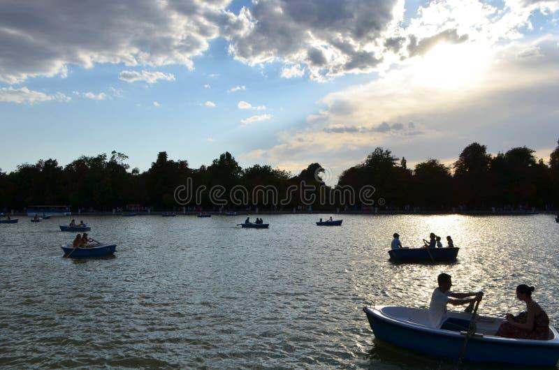 Turistrodd på Buenen Retiro parkerar sjön i Madrid, Spanien fotografering för bildbyråer
