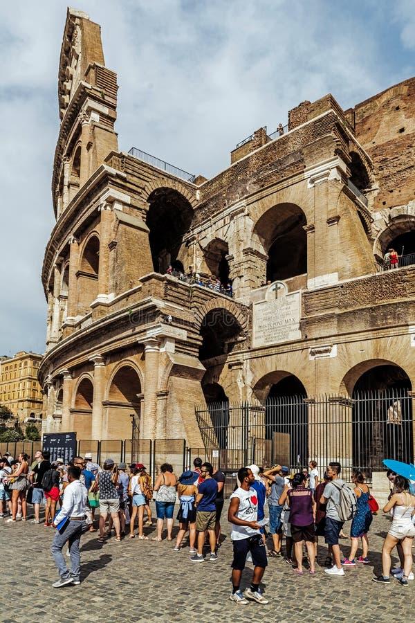 Turists die op ingang aan Colosseum wachten stock foto
